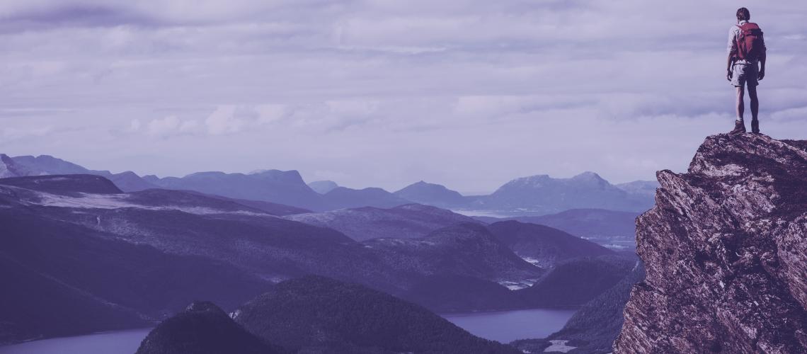 Explorador no alto da montanha
