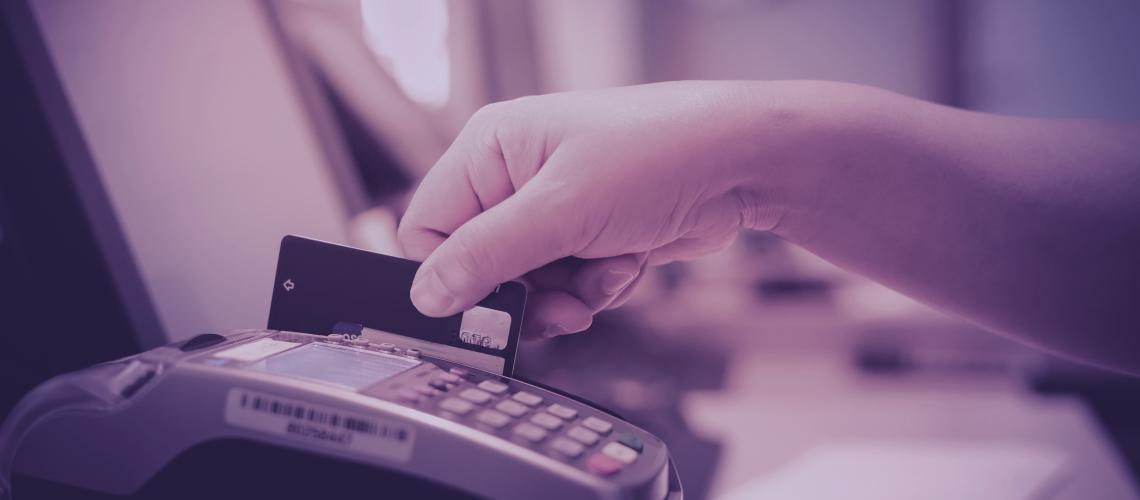 Passando o cartão de crédito