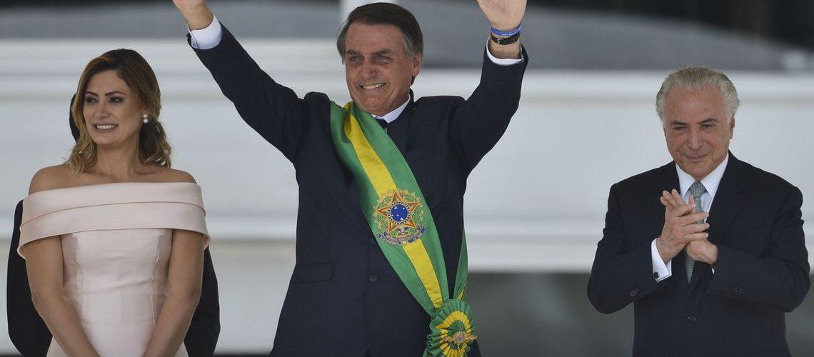 Presidente Jair Bolsonaro, saúda o público depois de receber a faixa presidencial de Michel Temer, no parlatório do Palácio do Planalto.