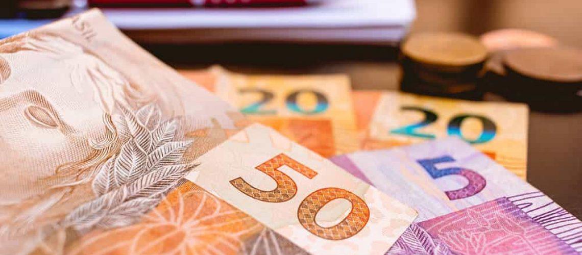 Reais e uma caderneta, fiscal brasileiro