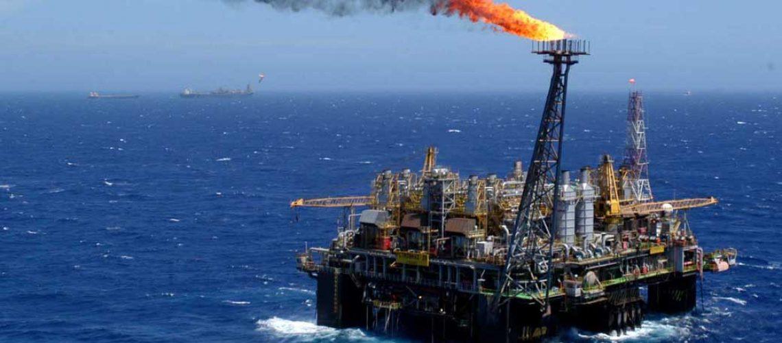 BRA06 - CAMPOS (BRASIL), 07/12/04.- Foto de archivo (18/11/03). La estatal brasileña Petrobras revisará al alza sus estimaciones de precios mínimos del petróleo en sus nuevos proyectos de inversión, atendiendo la tendencia mundial de la industria, afirmó hoy, martes 7 de diciembre, el presidente de la empresa José Eduardo Dutra. Estos precios de referencia son usados por las petroleras para calcular la viabilidad de sus nuevas inversiones. En el caso de Petrobras la revisión va a ser incluida en su plan estratégico de 2005 para dar luz verde a nuevos proyectos que están en el límite, explicó el ejecutivo EFE/ARCHIVO/Marcelo Sayão
