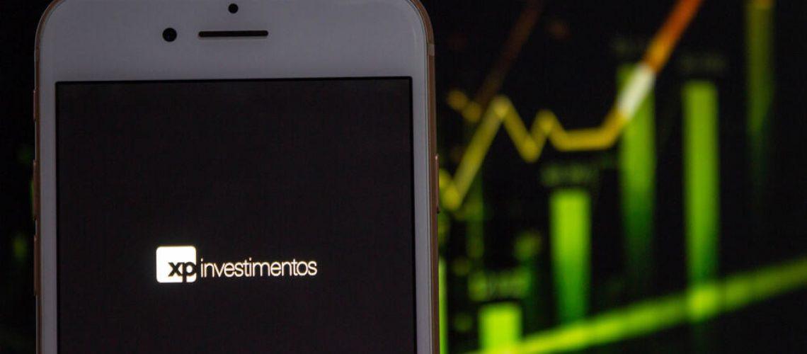 Logo da XP Investimentos com fundo de gráfico de ações